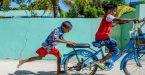 ילדים על אופניים באיים המלדיביים