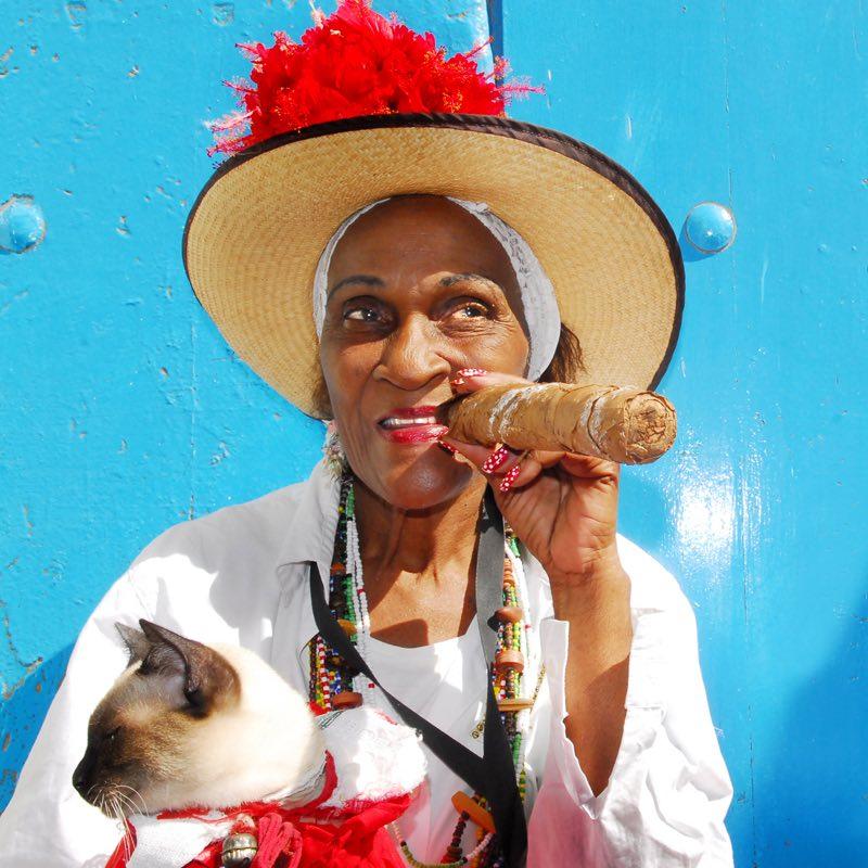 אישה עם סיגר קובני