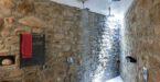 מקלחת עם קיר אבן ביוון
